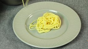 Alimento che disegna e che cucina gli spaghetti Bolognese nella cucina stock footage