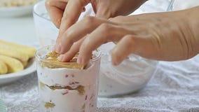 Alimento che disegna la crema del formaggio con la fragola ed i pistacchi archivi video