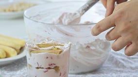 Alimento che disegna la crema del formaggio con la fragola ed i pistacchi stock footage