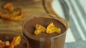 Alimento che disegna la mousse di cioccolato con gelatina arancio archivi video
