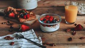 Alimento che disegna yogurt dolce con frutta sulle plance di legno immagini stock