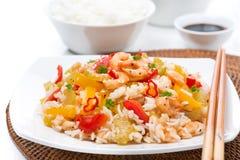 Alimento chinês - arroz branco com vegetais e camarões em uma placa Fotos de Stock