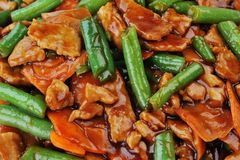 Alimento chinês no fim da placa acima foto de stock royalty free