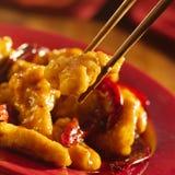 Alimento chino - consumición del pollo de la TSO general con c Imagen de archivo