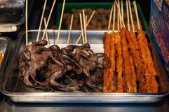 Alimento chino de la calle pollo frito en el palillo Imagen de archivo