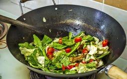 Alimento chino en wok Fotos de archivo