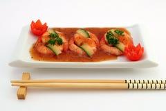Alimento cinese gastronomico - gamberetti cotti alla griglia della tigre del re su bianco immagine stock