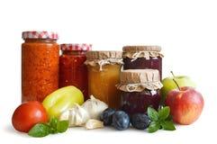 Alimento conservato nei barattoli isolati su bianco fotografie stock libere da diritti