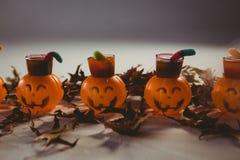 Alimento in contenitori della lanterna della presa o con le foglie durante il Halloween Immagine Stock Libera da Diritti