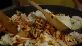 Alimento coreano di Dakgalbi di cucina del movimento lento Cuoco del cuoco unico in un ristorante Corea video d archivio