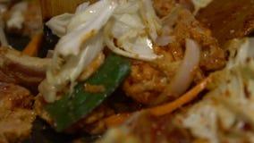 Alimento coreano di Dakgalbi di cucina del movimento lento Cuoco del cuoco unico in un ristorante Corea stock footage