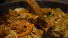 alimento coreano di 4K Dakgalbi Cuoco unico che cucina pollo arrostito piccante con le verdure video d archivio