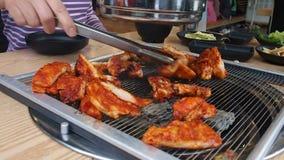 Alimento coreano, galbi da galinha ou galinha grelhada carvão vegetal video estoque