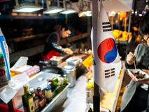 Alimento coreano tradizionale nel mercato locale, alimento della bandiera del Sud Corea della via il più famoso nel Sud Corea immagine stock