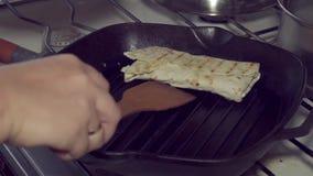 Alimento, cozinha, grelhada, pão árabe, petisco, rolo, fastfood, shawarma, no espeto, sanduíche, 4k filme