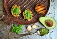 Alimento cru, alcalino com abacate e pesto da manjericão com alho imagens de stock