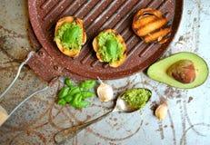 Alimento cru, saudável com abacate e pesto da manjericão com alho fotografia de stock