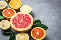 alimento crudo: affettare gli agrumi Arancia, mandarino, pompelmo della calce del limone Immagine Stock