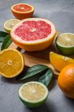 alimento crudo: affettare gli agrumi Arancia, mandarino, pompelmo della calce del limone Fotografie Stock Libere da Diritti