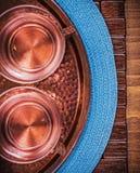 Alimento cuprico e bevanda delle tazze di tè del vassoio della tovaglia Fotografie Stock