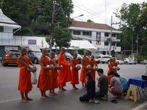 Alimento d'offerta al modo di buddismo del monaco immagine stock