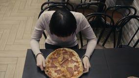 Alimento dañoso Consumición de la rebanada de pizza almacen de video