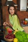 Alimento da aptidão, nutrição Batido bebendo da mulher saudável comer Imagem de Stock Royalty Free