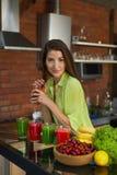 Alimento da aptidão, nutrição Batido bebendo da mulher saudável comer Foto de Stock Royalty Free