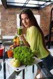 Alimento da aptidão, nutrição Batido bebendo da mulher saudável comer Fotos de Stock