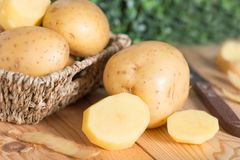 Alimento da batata crua Batatas frescas na cesta de madeira Imagem de Stock Royalty Free