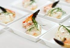 Alimento da garra do caranguejo em uma placa fotografia de stock