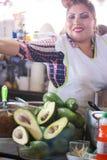 Alimento da mulher dos abacates de Cusco imagem de stock