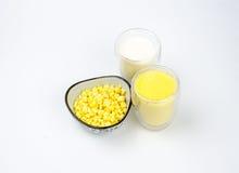 Alimento da nutrição: ordenhe, o suco de milho e o milho m cru fotografia de stock