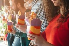 Alimento da portar via di abitudine alimentare di Millennials non sano fotografie stock libere da diritti