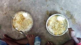 Alimento da refeição do meio-dia que é o arroz que sendo comido por uma criança imagem de stock