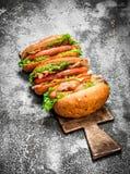 Alimento da rua Assado da carne dos cachorros quentes com molhos picantes Fotos de Stock Royalty Free