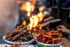 Alimento da rua de Fried Nepalese no mercado imagem de stock