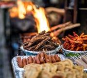 Alimento da rua de Fried Nepalese no mercado fotografia de stock royalty free