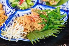 Alimento da rua de Tailândia: O krop do MI, prato friável tailandês tradicional do macarronete feito com macarronetes de arroz e  imagem de stock