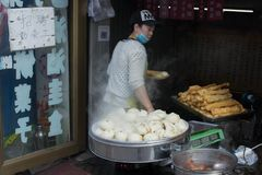 Alimento da rua em China e em cozinhá-la fotos de stock