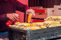 Alimento da rua Espiga de milho grelhada, mexicano Elote imagem de stock royalty free