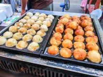 Alimento da rua secundária de Takoyaki Imagens de Stock Royalty Free