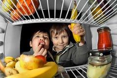 Alimento da tomada das crianças do refrigerador 2 Foto de Stock Royalty Free
