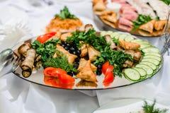 Alimento dai cetrioli tagliati, dal pomodoro, dal prezzemolo verde fresco e dall'aneto Immagine Stock