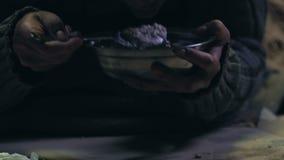 Alimento dante volontario all'uomo senza tetto, assistenza umanitaria, programma di carità archivi video