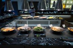 Alimento de abastecimento do bufete interno no restaurante Fotos de Stock Royalty Free