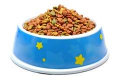 Alimento de animal de estimação na bacia. imagens de stock royalty free