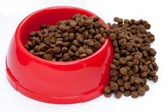 Alimento de animal doméstico en tazón de fuente rojo Fotos de archivo