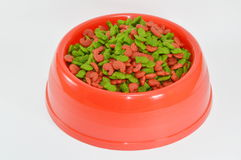 Alimento de animal doméstico en tazón de fuente rojo Imagen de archivo