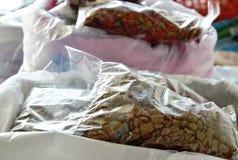 Alimento de cão e gato para a venda no petshop foto de stock
